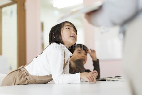 教室で授業を受ける子供たちの写真素材 [FYI01733268]