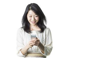 スマートフォンを見る女性の写真素材 [FYI01733270]
