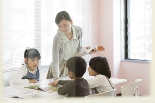 教室で授業をする先生の写真素材 [FYI01733276]