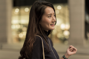 街を歩く若い女性の写真素材 [FYI01733277]