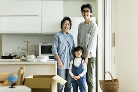 引越しをする家族の写真素材 [FYI01733278]