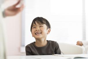 教室で授業を受ける男の子の写真素材 [FYI01733280]
