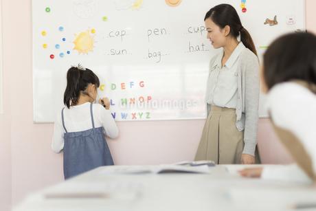 教室で英語を教える先生の写真素材 [FYI01733285]