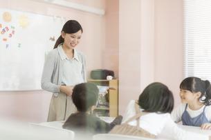 教室で英語を教える先生の写真素材 [FYI01733291]