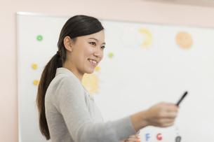 教室で英語を教える先生の写真素材 [FYI01733294]