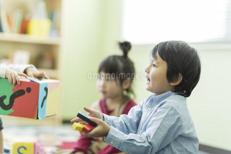 幼児教室で学ぶ子供たちの写真素材 [FYI01733296]