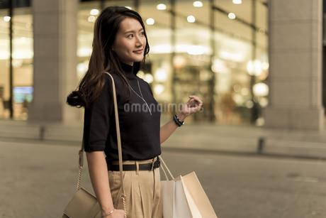 ショッピングをする若い女性の写真素材 [FYI01733305]