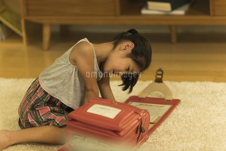 ランドセルに荷物を入れる女の子の写真素材 [FYI01733313]