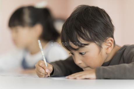 教室で勉強をする子供たちの写真素材 [FYI01733317]