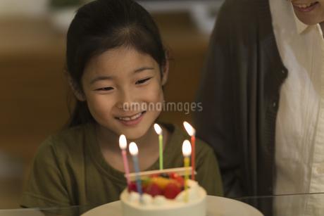 ロウソクの火を見つめる女の子の写真素材 [FYI01733325]