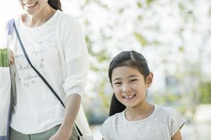笑顔で歩く親子の写真素材 [FYI01733327]