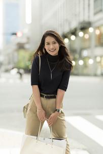 ショッピングバッグを持つ若い女性の写真素材 [FYI01733331]