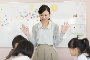 教室で英語を教える先生の写真素材 [FYI01733338]