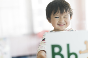 アルファベットのカードを持つ男の子の写真素材 [FYI01733344]