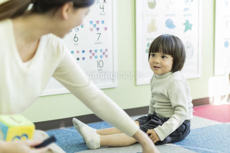 幼児教室で学ぶ男の子の写真素材 [FYI01733345]