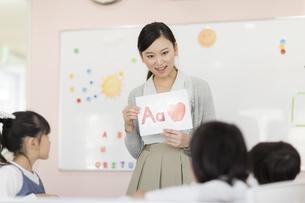 教室で英語を教える先生の写真素材 [FYI01733347]