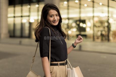 ショッピングをする若い女性の写真素材 [FYI01733348]