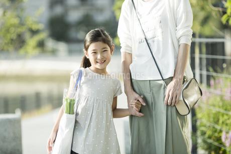 笑顔の親子の写真素材 [FYI01733350]