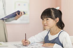 教室で勉強をする女の子の写真素材 [FYI01733353]