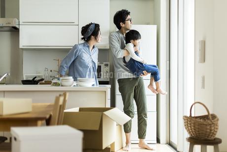 引越しをする家族の写真素材 [FYI01733355]