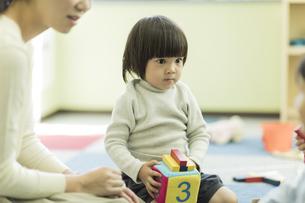 幼児教室で学ぶ男の子の写真素材 [FYI01733356]