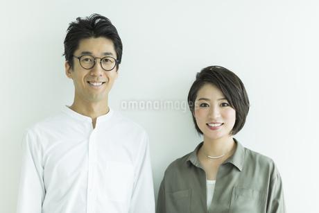 笑顔の男女ポートレートの写真素材 [FYI01733357]