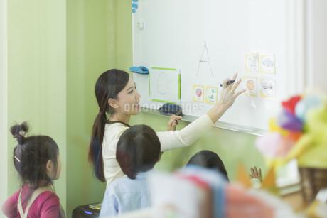 幼児に英語を教える先生の写真素材 [FYI01733360]