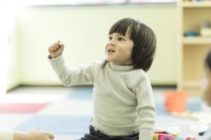 幼児教室で学ぶ男の子の写真素材 [FYI01733364]