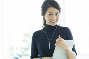 笑顔のビジネスウーマンの写真素材 [FYI01733368]