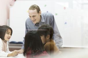 英語の授業をする先生と子供たちの写真素材 [FYI01733370]