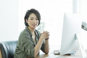 笑顔のビジネスウーマンの写真素材 [FYI01733374]