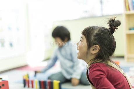 幼児教室で学ぶ女の子の写真素材 [FYI01733376]