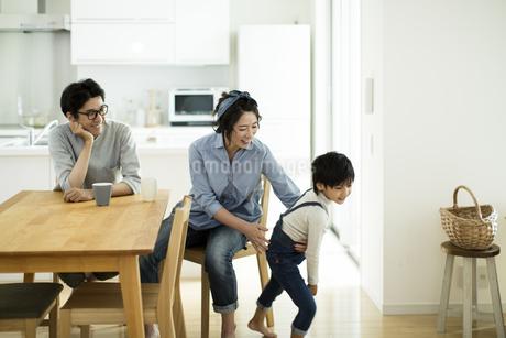 家族団らんの写真素材 [FYI01733377]