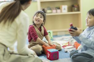 幼児教室で学ぶ子供たちの写真素材 [FYI01733379]
