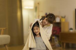 母親に髪を拭いてもらう女の子の写真素材 [FYI01733382]