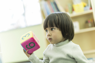 幼児教室で学ぶ男の子の写真素材 [FYI01733385]