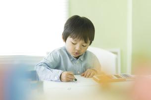 お絵描きをする男の子の写真素材 [FYI01733393]