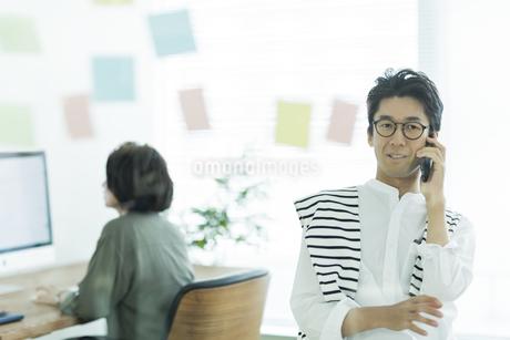 電話をするビジネスマンの写真素材 [FYI01733398]