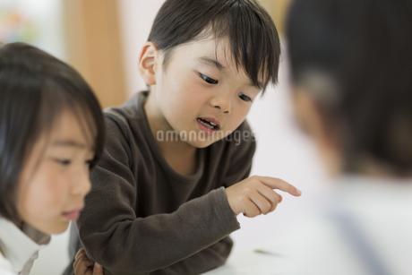 教室で勉強をする子供たちの写真素材 [FYI01733399]