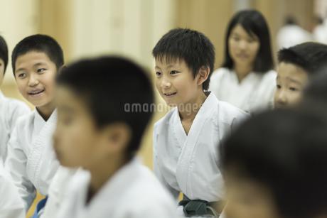 空手の稽古中の子供たちの写真素材 [FYI01733419]