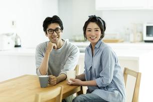 テーブルに座る夫婦の写真素材 [FYI01733424]