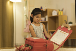 ランドセルに荷物を入れる女の子の写真素材 [FYI01733438]