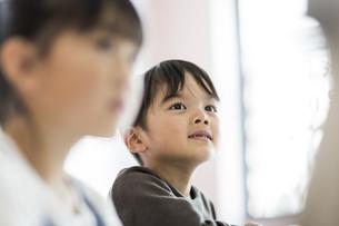 教室で授業を受ける男の子の写真素材 [FYI01733440]