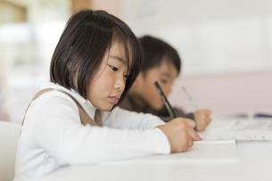 教室で勉強をする子供たちの写真素材 [FYI01733442]