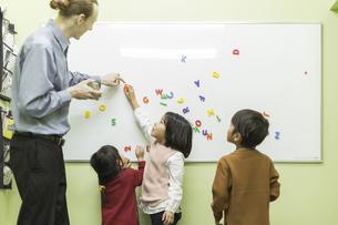 英語の授業をする先生と子供たちの写真素材 [FYI01733444]