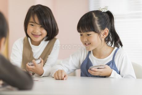 教室で授業を楽しむ子供たちの写真素材 [FYI01733448]