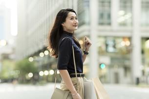 ショッピングバッグを持つ若い女性の写真素材 [FYI01733450]
