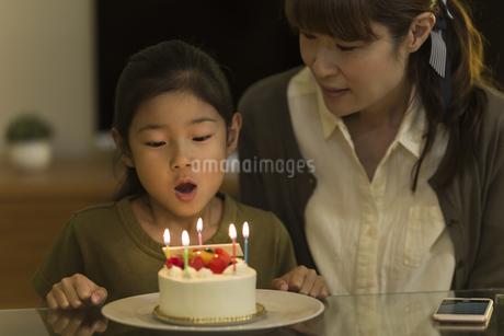 ロウソクの火を吹き消す女の子の写真素材 [FYI01733459]