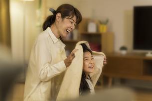 母親に髪を拭いてもらう女の子の写真素材 [FYI01733462]