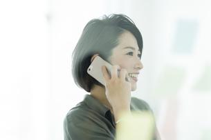 電話をするビジネスウーマンの写真素材 [FYI01733470]
